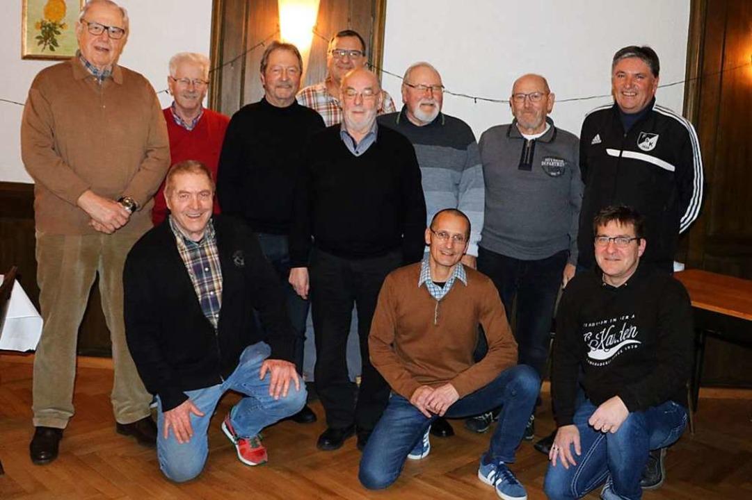 Der Rubbelclub überreichte  Günter Arg...owie kniend (vorne links) Edwin Quade.  | Foto: Kaja Wohlschlegel