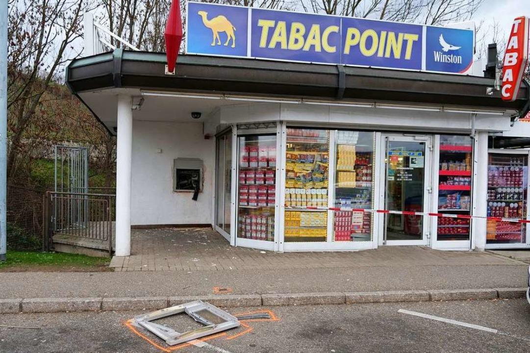 Durch die Sprengung des   Geldautomate...aten liegt vor dem Shop auf dem Boden-  | Foto: Patrick Kerber