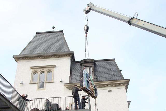 Laufenburg hat jetzt einen Steinway-Flügel – ein Kran hievte ihn ins Schlössle