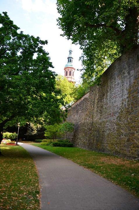 Die Stadtmauer aus dem 13. Jahrhundert...n durch den Aufzug zu überwinden gilt.  | Foto: Ralf Burgmaier