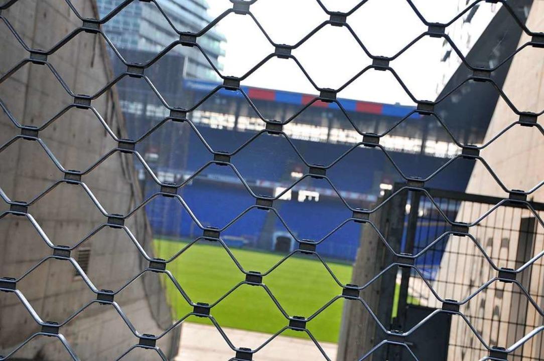 Immer mehr  müssen draußen bleiben: Di...Polizei verhängte mehr Stadionverbote.  | Foto: Daniel Gramespacher