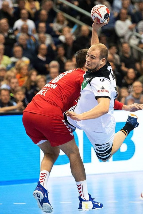 Paul Drux (rechts) hat den Dreh raus u... deutsche Handball-Nationalmannschaft.  | Foto: dpa