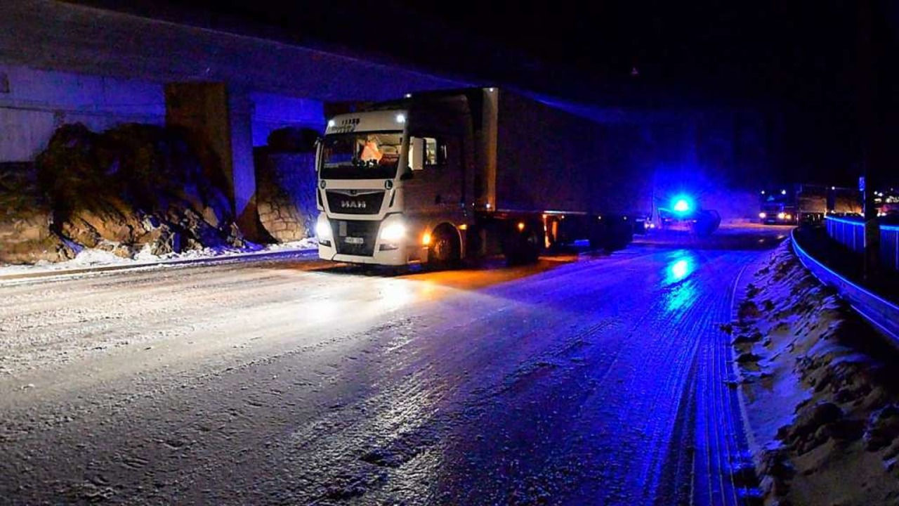Auf der Höllentalstrecke kamen die Laster nicht weiter.  | Foto: kamera24