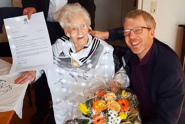 Zum 105. Geburtstag gab's für Mathilde Metzger ein Trikot der Nationalelf