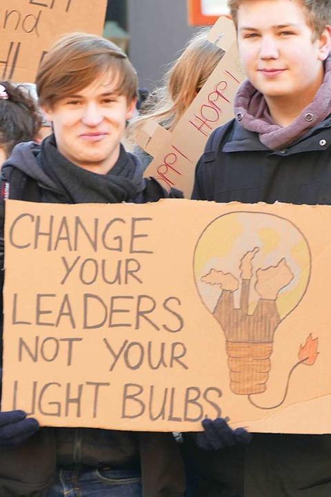 Es reicht nicht, Glühbirnen durch Ener... bisher, will uns dieses Plakat sagen.  | Foto: Ralf Burgmaier