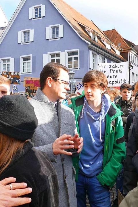 Steffens und Roloff diskutierten nach ihrer öffentlichen Debatte  privat weiter.  | Foto: Ralf Burgmaier