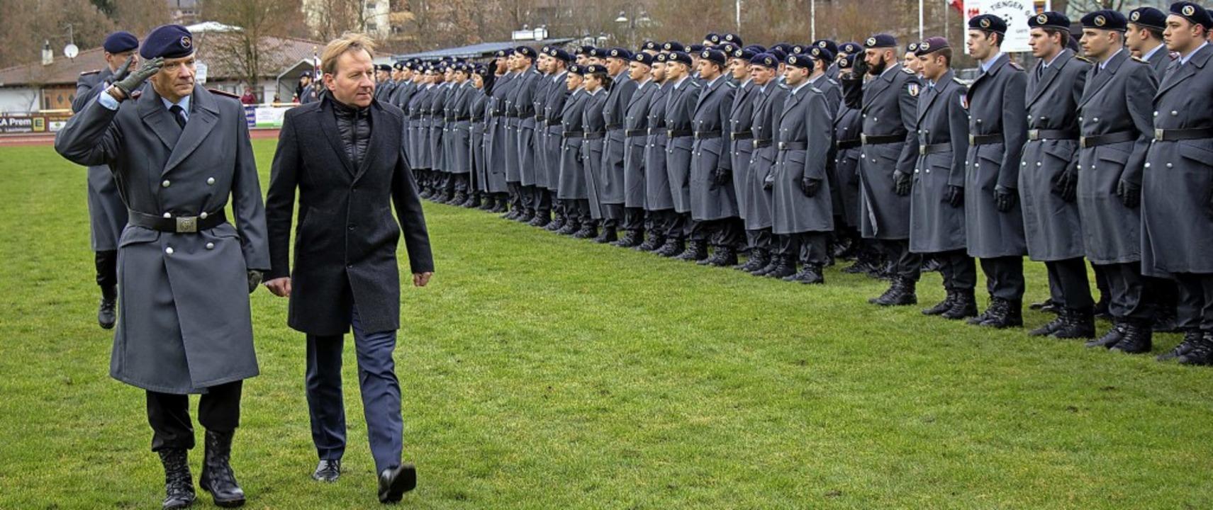 Oberbürgermeister Philipp Frank begrüß...mandeur des Artilleriebataillons 295.     Foto: Peter Rosa