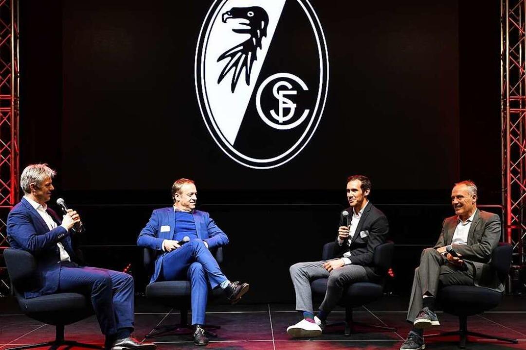 Moderator Tom Bartels mit SC-Sportdire...Trainer Christian Streich (von links).  | Foto: Achim Keller