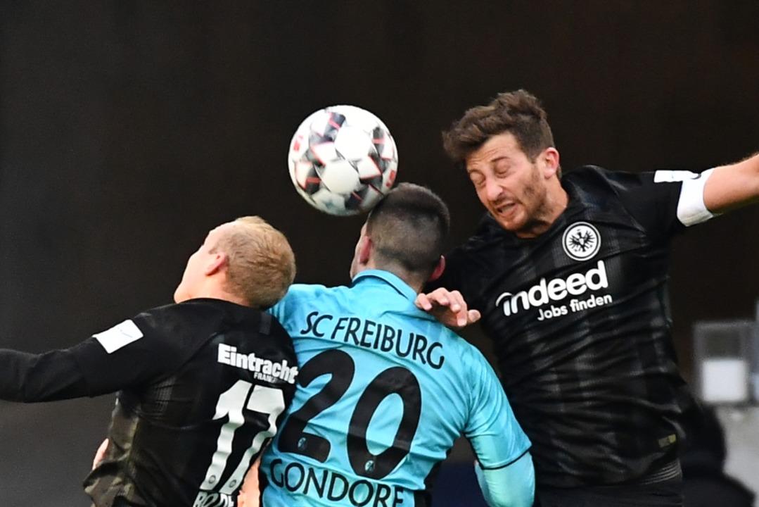 In die Mangel genommen: Jerome Gondorf im Duell mit zwei Frankfurtern.    Foto: Achim Keller