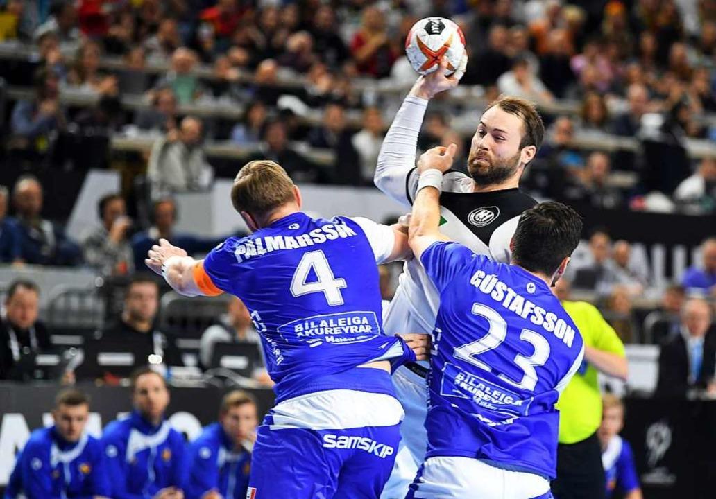 Steffen Fäth (mit Ball) war mit sechs ...ter deutscher Torschütze gegen Island.  | Foto: dpa