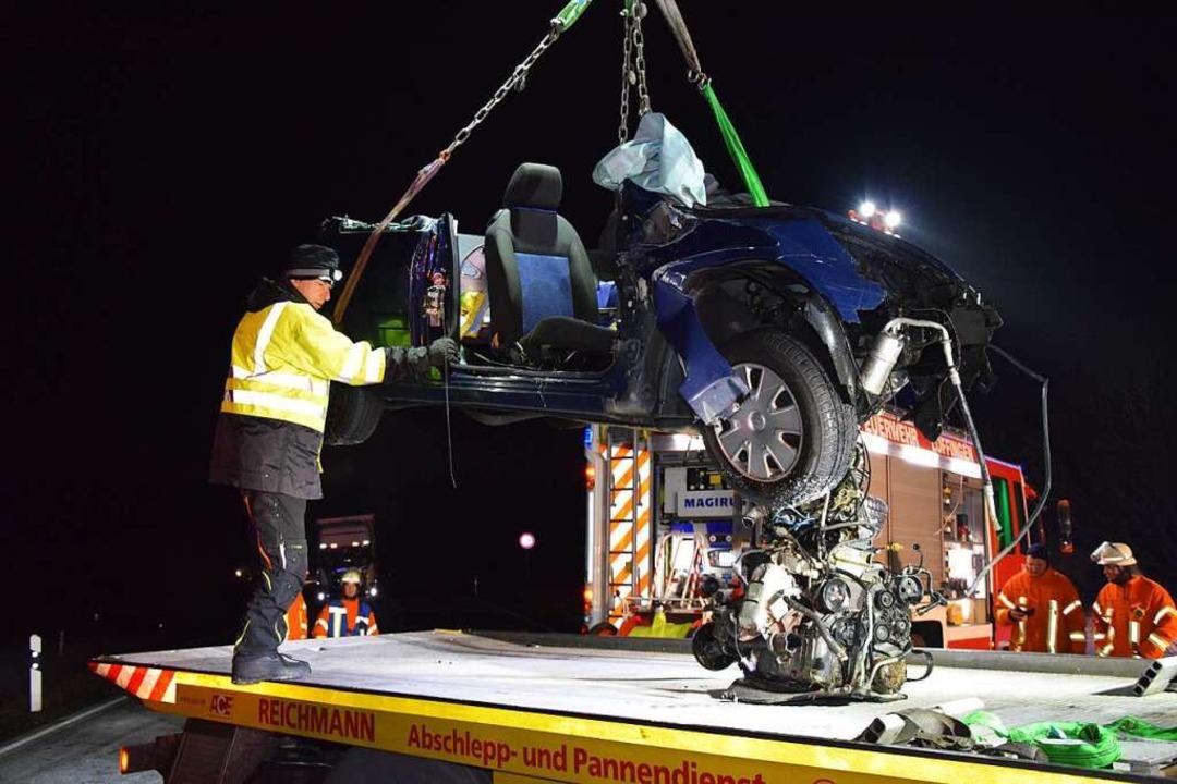 Das Auto der 30-jährigen verstorbenen ... durch die Kollision völlig demoliert.  | Foto: kamera24