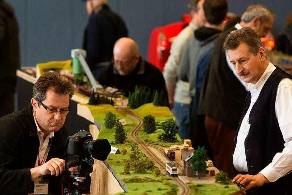 Männer, die auf Züge starren: Eindrücke von der Modellbahnausstellung der Eisenbahnfreunde Breisgau in Mundingen (Foto: Patrik Müller)