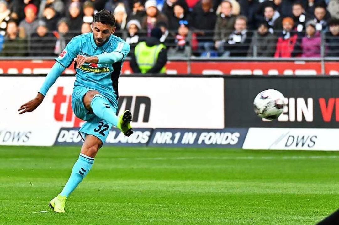 Ball mit Drall: Vincenzo Grifo beim Spiel in Frankfurt.   | Foto: Keller