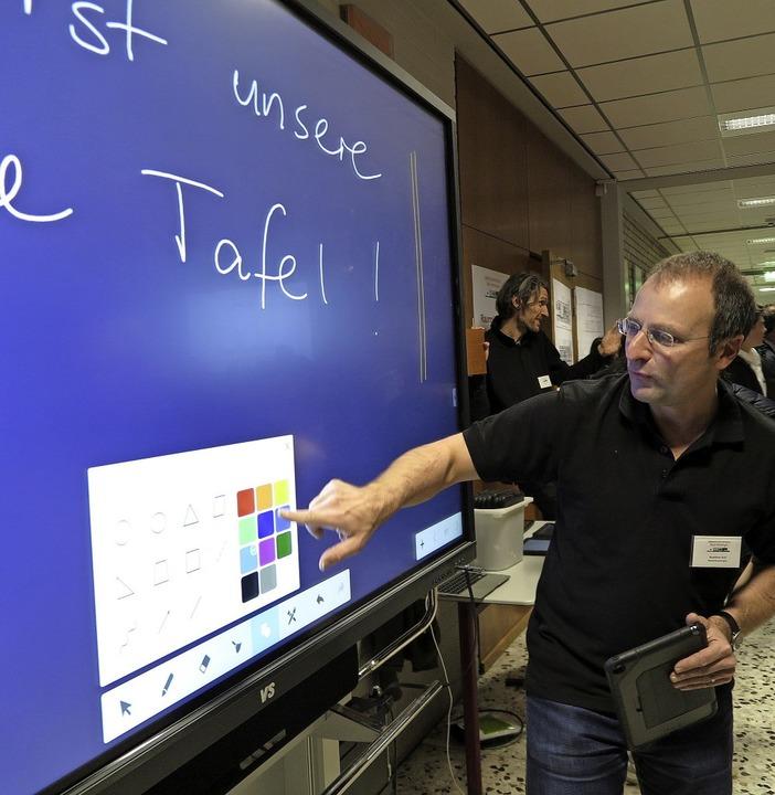 Matthias Buss erläutert die neue Touchscreen-Tafel.   | Foto: Dorothee Philipp