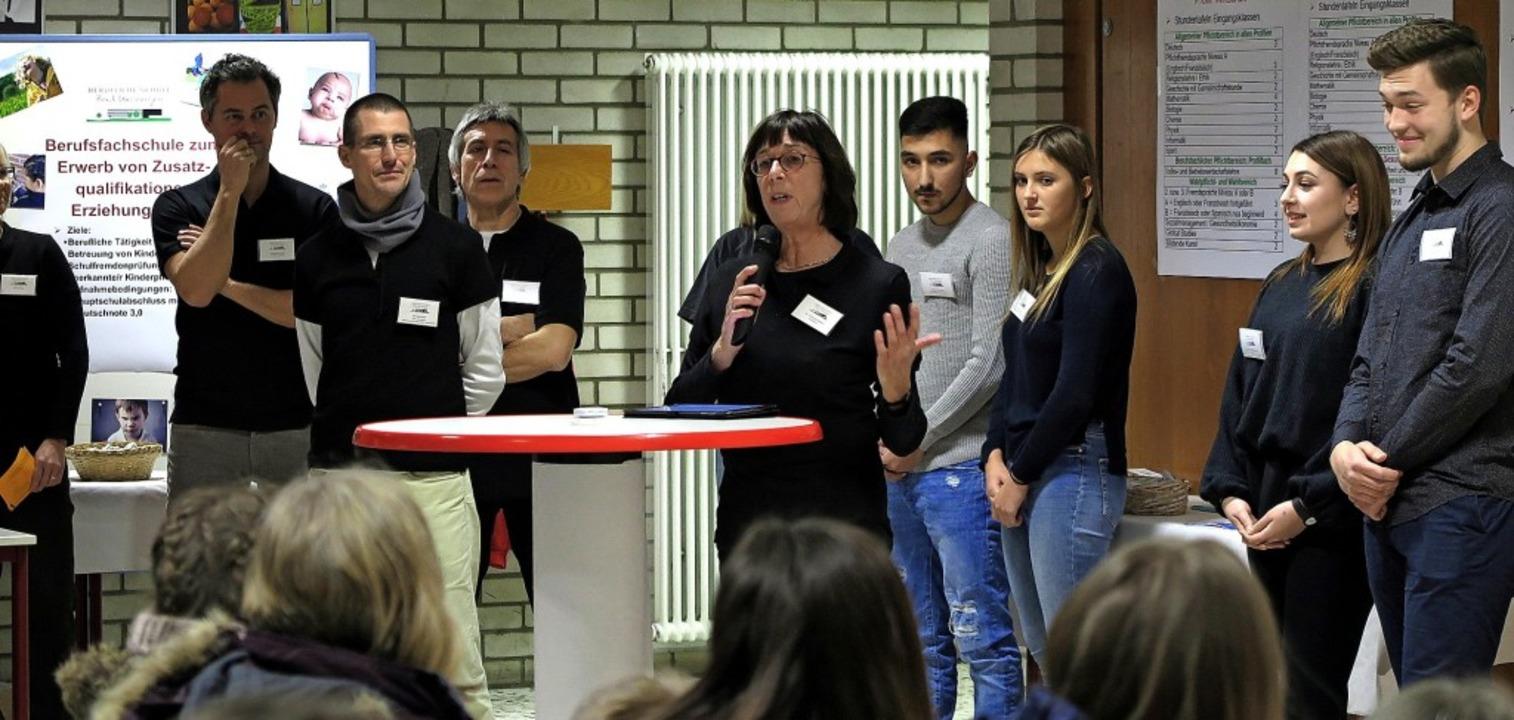 Schulleiterin Christine Seifert und ih...bei bis auf den letzten Platz besetzt.  | Foto: Dorothee Philipp