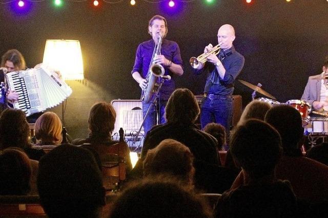 Drei Bands spielen vor vollem Haus