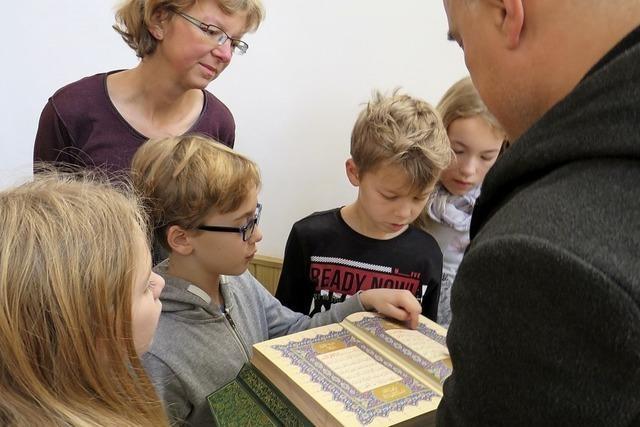 Kinder besuchen die Moschee