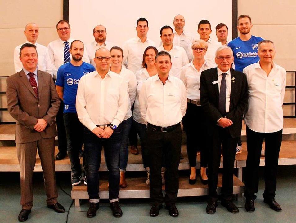 Der TuS-Vorstand im Jubiläumsjahr, zus...-Kirchens Bürgermeister Philipp Schmid  | Foto: Reinhard Cremer