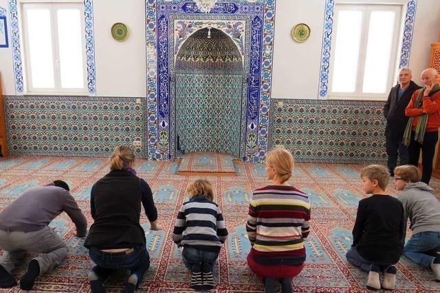Kinder erkunden die Alperenler-Moschee in Rheinfelden