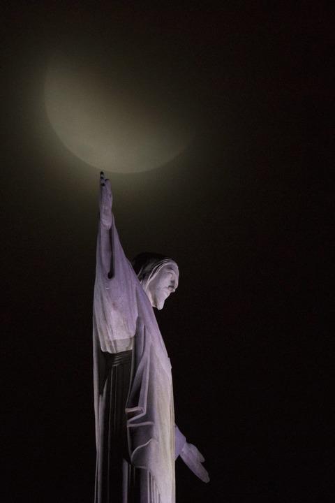 Der Blutmond erhebt sich über der Christus-Erlöser-Statue in Rio De Janeiro.  | Foto: dpa