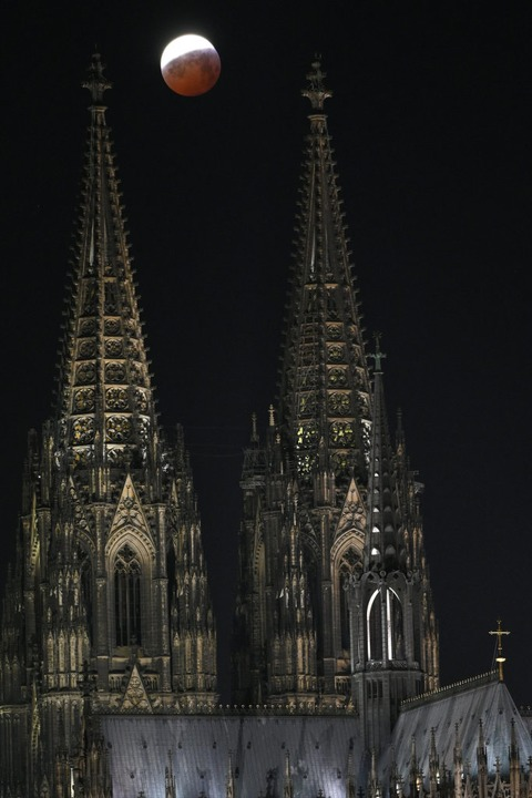 Hinter den Türmen des Kölner Doms  | Foto: dpa