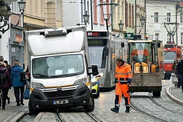 Lieferwagen fährt an der Salzstraße ins Bächle – Bauarbeiter sind helfend zur Stelle