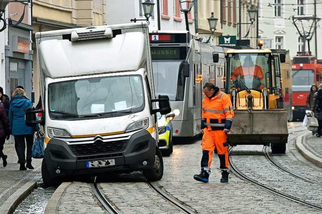 Im mittäglichen Berufsverkehr ist ein ...an der Salzstraße ins Bächle gefahren.  | Foto: Michael Bamberger