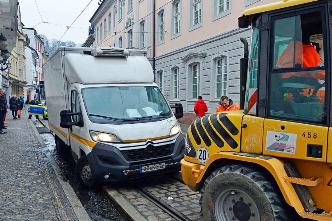Bauarbeiter der Firma Peter Hoch Pflas...ßenbau übernahmen spontan die Bergung.  | Foto: Michael Bamberger