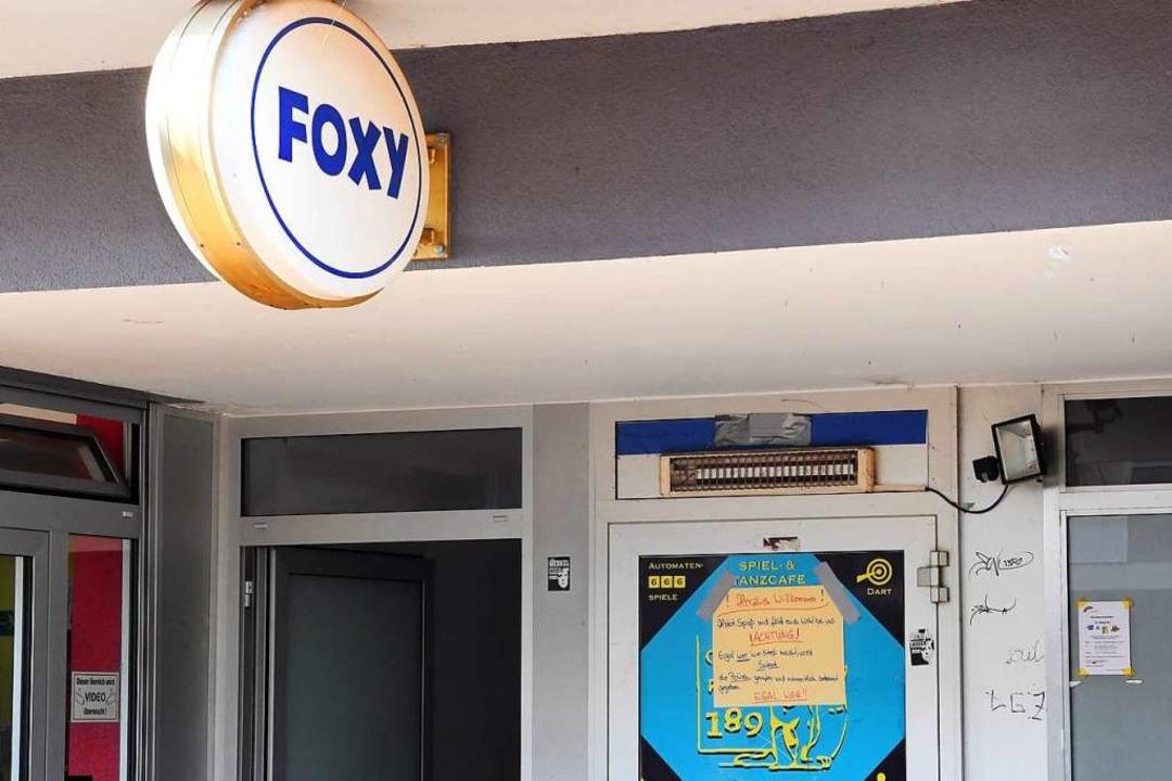 An der Eingangstür einer Bar in Karlsr...39 Jahre alter Mann erschossen worden.  | Foto: dpa