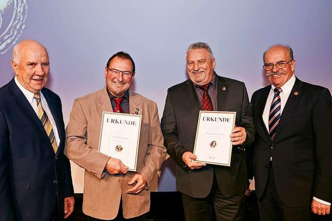 Die Ewald-Kroth-Medaille bekamen Thoma...orsitzende Clemens Bieniger (rechts).   | Foto: Wudtke