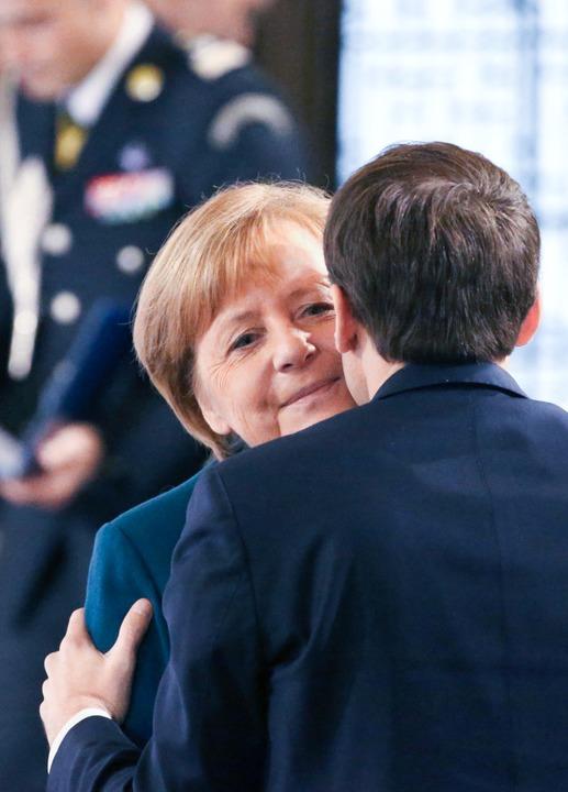 Küsschen für Angela – Emmanuel Macron ist einfach charmant.  | Foto: dpa