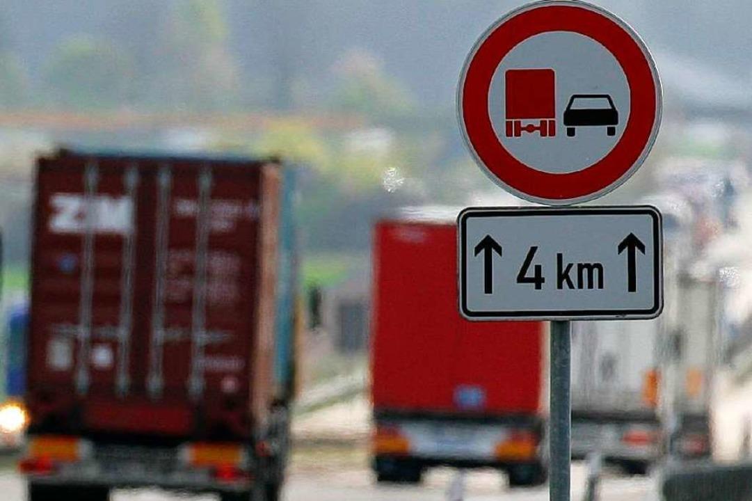 Der Pkw, der trotz Überholverbot einen...lizei sucht nacht Zeugen (Symbolbild).  | Foto: dpa