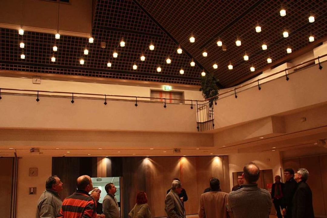 Für den Bauausschuss ging der Blick na...ommt neue energieeffiziente Leuchten.   | Foto: Gerd Leutenecker