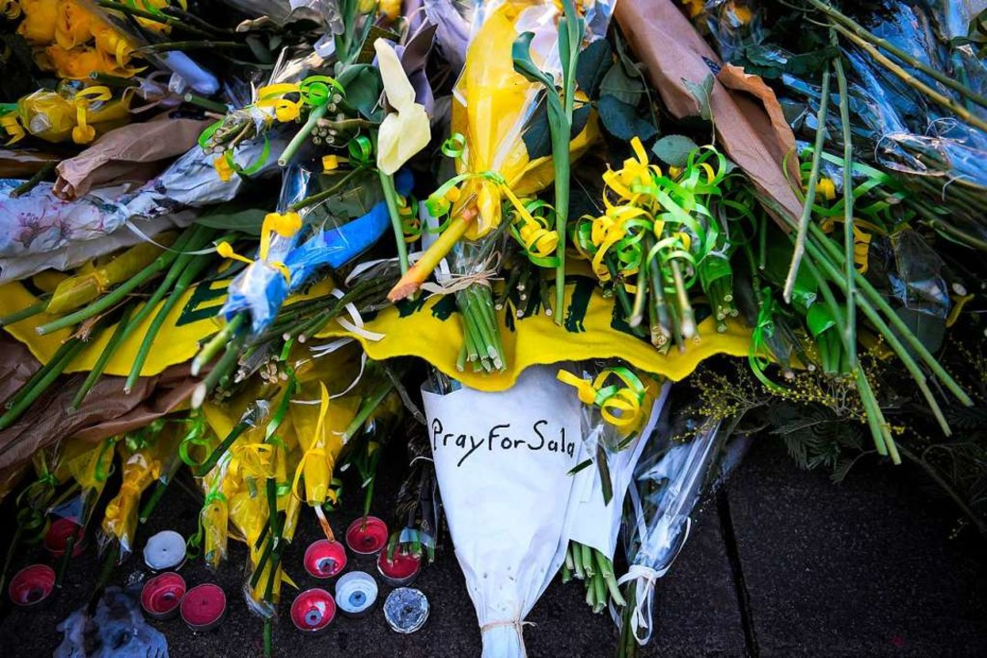In Nantes haben Fans von Emiliano Sala Blumen niedergelegt.    Foto: AFP