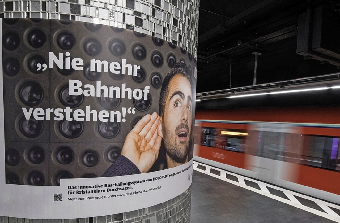 Ein Plakat  wirbt auf einem Frankfurte... Bahnhöfen, das derzeit getestet wird.  | Foto: dpa