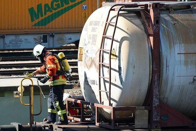 Gefahrgutunfall in Basel - aus Kesselwagen tritt Erdöldestillat aus