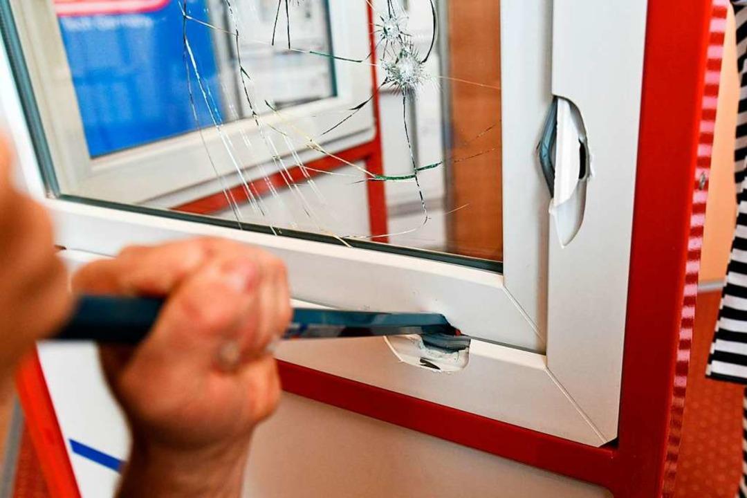 Die Täter hatten ein Fenster im Unigeb...en und Bargeld gestohlen (Symbolbild).    Foto: dpa-tmn
