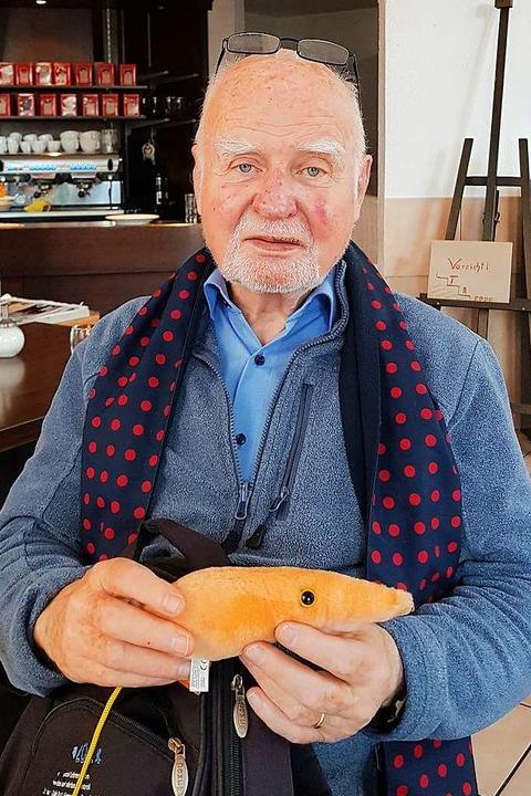 Kurt-Wilhelm Stahl mit einer Leishmanie aus Plüsch  | Foto: Dominik Heissler
