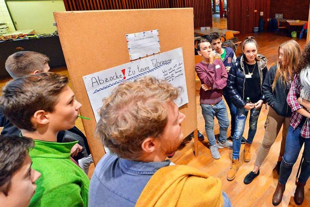 Ins Gespräch kommen mit den Erwachsene...che und ihre Gäste an den Stellwänden.  | Foto: Michael Bamberger
