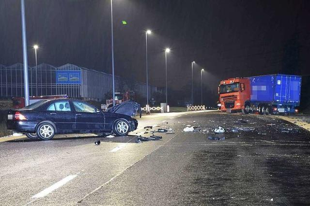 Autofahrerin prallt in Lastwagen – und verletzt sich danach selbst