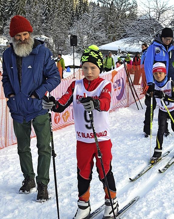 Opa Alfred Rießle beäugt seinen Enkel Fin Rießle vor dem Start schmunzelnd.   | Foto: H. Junkel