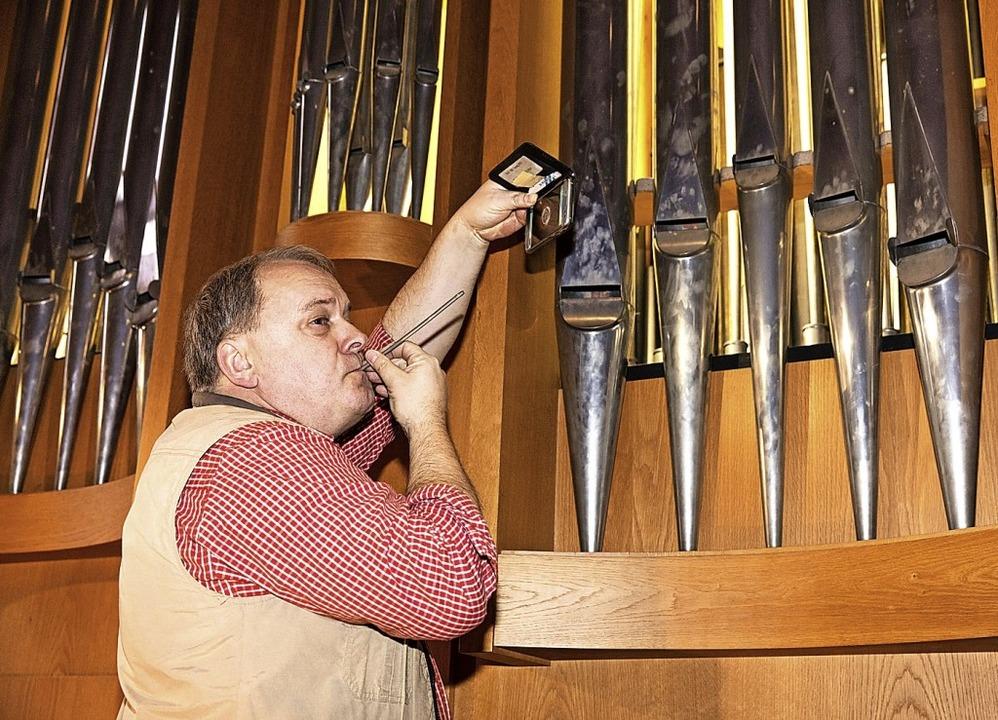 Wolfgang Brommer lässt die Pfeife mit dem höchsten Ton erklingen.  | Foto: Gabriele Zahn