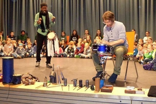 Rhythmisches Trommeln und Rasseln