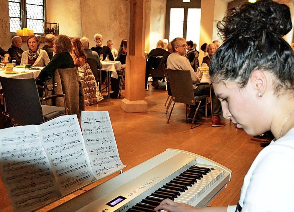 Miral Al Mlaka aus Syrien erfreute die...ogtei mit Musikstücken auf dem Piano.   | Foto: Gerhard Lück