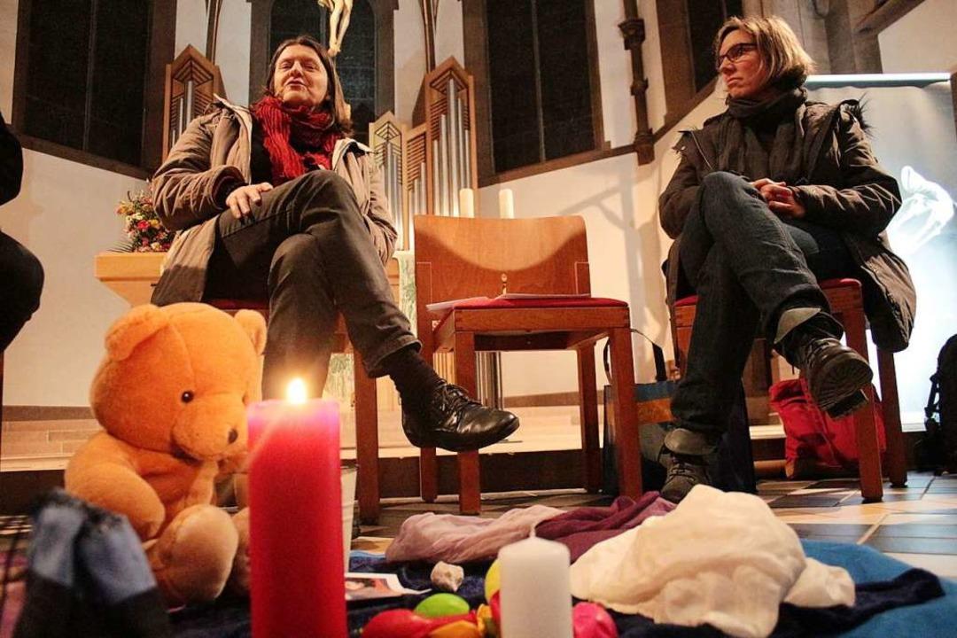 Kinder trösten: Im Vordergrund Utensil...lrike Binder  (links) und Karin Racke.    Foto: Anja Bertsch