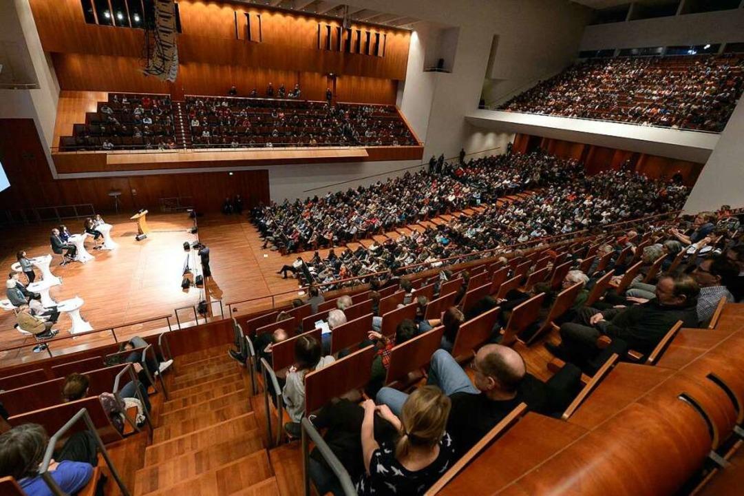 Das Konzerthaus war am Mittwoch gut ge... 1300 Menschen folgten der Diskussion.  | Foto: Ingo Schneider