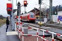 Pendler kritisieren zu frühes Schließen der Schranke am Littenweiler Bahnhof
