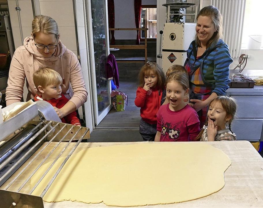 Beim Teigausrollen staunen die kleinen Bäckerinnen.   | Foto: Ralf MOrys