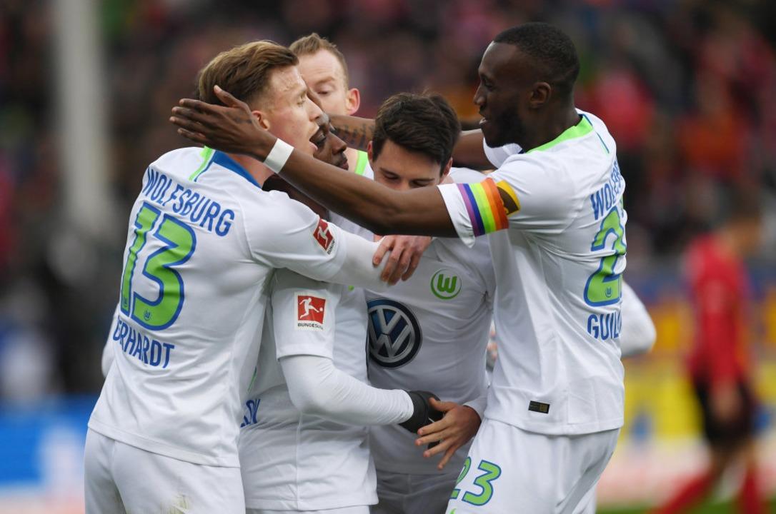 Die Wolfsburger freuen sich über die frühe Führung in der elften Minute.    Foto: dpa