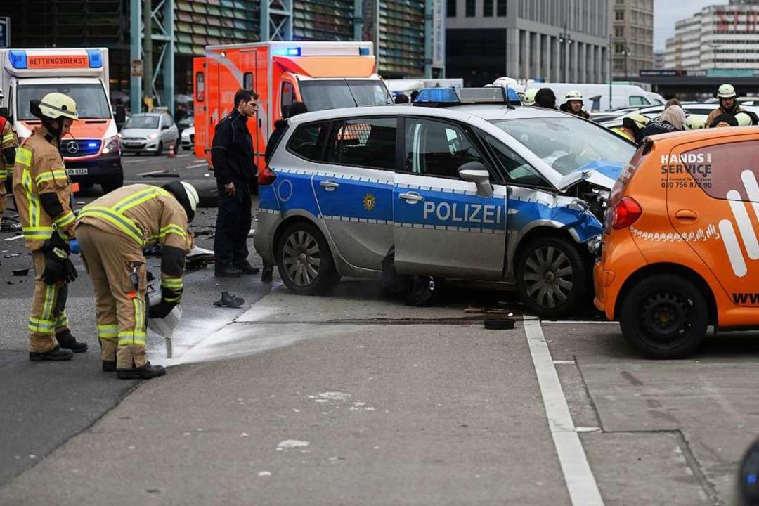 Berlin, Alexanderplatz: Polizisten und Feuerwehrleute am Unfallort   | Foto: dpa